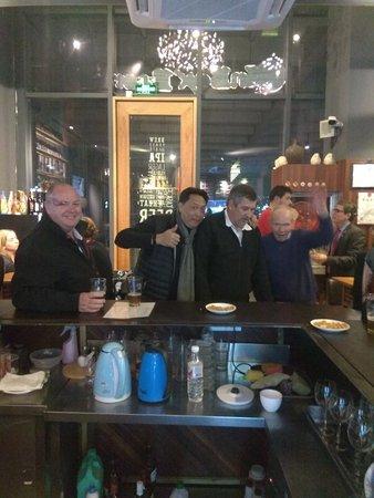 外国客人在酒吧