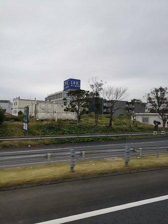 Префектура Токио, Япония: 早八点从希尔顿酒店出发,去往东京都。第一站是皇居。日本有一都一道二府43县。东京都,北海道,大阪府,京都府。府相当于我国的直辖市。成田国际机场位于千叶县,距东京都中心50公里,一小时车程,东京都包括周围千叶县等3个县。2020年东京举办第二次奥运会,1964年举办第一次,也是亚洲