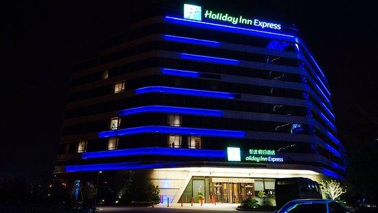 Holiday Inn Express Suzhou Taihu Lake : 楼体夜景
