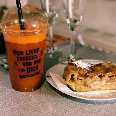 蛋糕不错,性价比高,比市中心排长龙的咖啡店值得一试,就是服务一般