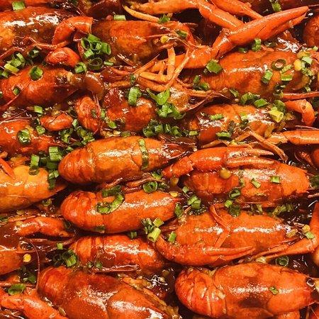 每年有两季都要和家人来上海大酒店打卡的: 大闸蟹畅吃季,小龙虾畅吃季节! 洞庭湖清水小龙虾终于开吃啦!278元每人! 今年有5种口味,除了招牌熟醉、冰镇、红烧、香辣,还新增了剁椒蒜蓉口味的。 先一样来了几只尝尝咸淡,口味建议从轻到重,依此为: 冰镇-熟醉-红烧-香辣-剁椒蒜蓉。 重口味的我,比较喜欢吃剁椒蒜蓉的,辣咸甜烧得很入味,好吃。 色拉里都是小龙虾虾仁,菜品出品和摆满都是很讲究的。 甜品的甜度非常适中,按国人的口味来的。 海鲜里的蟹腿根根饱满,刺身里的三文鱼品质在众多五星级酒店自助中都是数一数二的。 哈根达斯冰淇淋有6种口味,也是蛮少见的。