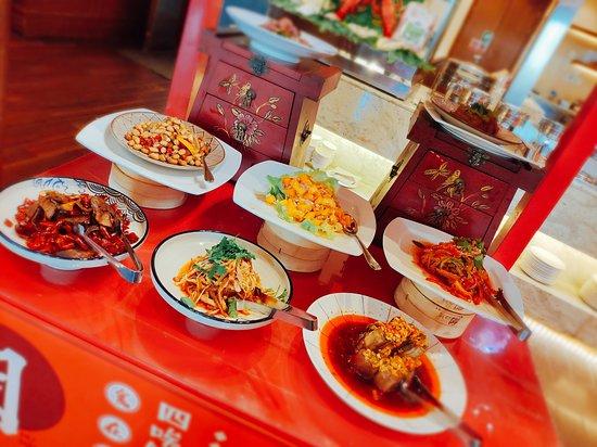 HUALUXE Kunming: 酒店环境非常好,很适合度假,散心。酒店坐落于西山脚下,遥望西山河流,让人心情舒畅宁静。服务很热情及时,餐厅的菜品很新鲜,海鲜,牛排吃到撑,十六种口味小龙虾让我重新get了小龙虾的吃法,