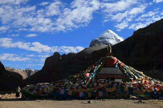 """地处西藏阿里地区的玛旁雍错是世界上海拔最高的淡水湖之一,常与附近的冈仁波齐峰并称为""""神山圣湖"""