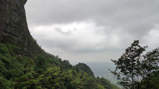 天公作美,这次来爬山没有下雨,虽然最高峰现在不让游客进去了,但爬上一圈还是挺累的。一线天比想象的要大很多,然后看了蝙蝠人的视频,确实挺厉害的。山上有小野猫,把我的猪肉脯,牛奶都喂给它了,可能太饿了,瓜子都会吃了。