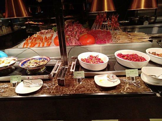 搞活动时抢的优惠券,价格很实惠。菜品丰富,海鲜种类多,还有烤串,服务周到。
