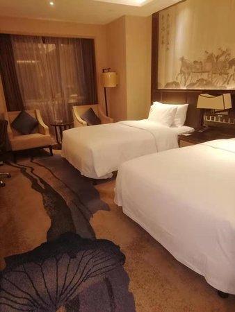 Jining, China: 地理位置好,房间宽敞舒适,干净整洁,夜景很美。用餐也很方便,一楼自助餐,二楼中餐厅,旁边还有很多小吃。值得推荐!