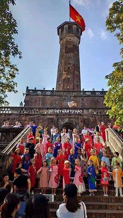 孩子们在旗塔下拍视频。
