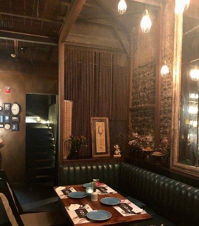 巨鹿路上的休闲酒吧host,总体而言菜品对价,环境氛围惬意,极适合小酌闲聊。 菜品之中,【战斧小猪排】融入本土食材,极富创意。 食缘佳,落笔忆!