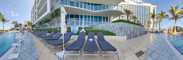 Panorama of the Cabana Pool at the Carillon Miami Wellness Resort