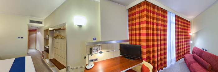 Panorama of the Double Room at the Holiday Inn Express Parma