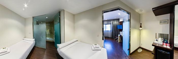 Panorama of the Family Room at the Holiday Inn Madrid - Las Tablas