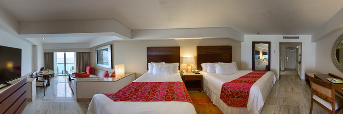 Panorama of the Junior Suite Ocean Front with two queen size bads at the Grand Fiesta Americana Coral Beach Cancun
