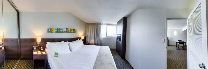 Panorama of the One-Bedroom Suite at the Holiday Inn Cairns Harbourside