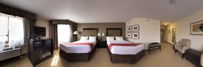 Panorama of the Queen Deluxe Room at the Holiday Inn Canmore