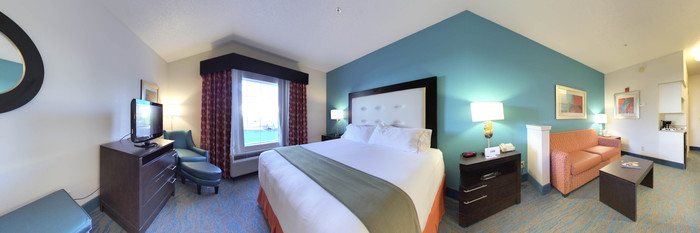 Panorama of the Standard King Room at the Holiday Inn Express Destin E - Commons Mall Area