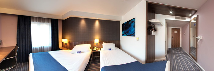 Panorama of the Twin Room at the Holiday Inn Express Windsor