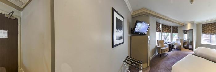 Panorama of the Twin Room at the Radisson Blu Edwardian Bloomsbury Street
