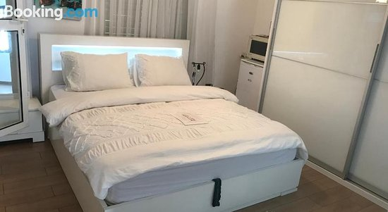 Charming Unit With Pool And Great Amenities, Hotels in Rishon Lezion