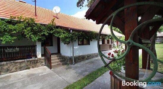 Property building – Bild von Lugas Vendeghaz, Felsotold - Tripadvisor