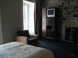 Das Zimmer hat an der unverputzten Backsteinmauer sogar einen nicht funktionierenden Kamin.