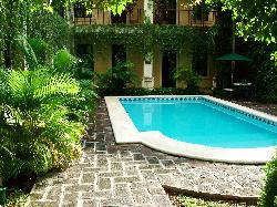il patio interno con piscina