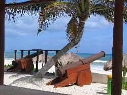 Depuis la terrase ombragée, les canons face à l'océan.