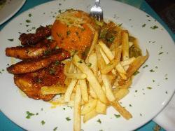 Plat Poulet au Paprika accompagné de frites et salade de riz et purée de carottes