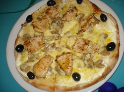 Pizza Bianca (Crème Fraîche, Escalope de dinde, Fromage, Olives)
