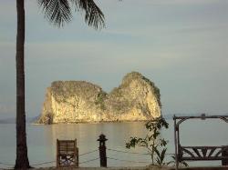 Koh Mah en face illuminé au coucher du soleil