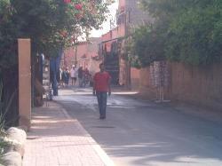 rue aprés hotel en sortant a gauche commerces
