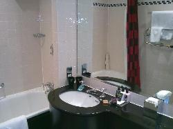 Spacious bathroom with typical fancy Mal toiletries, a nice treat!!