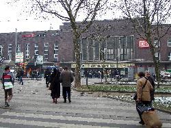 Hotel Ibis adosado a la estación de tren.