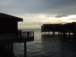 日没の様子。コテージがこのように海の上に張り出しています。