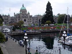 Das Parlamentsgebäude mit dem Yachthafen im Vordergrund (28411270)