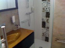 Cooles Bad mit güldenem Waschtisch