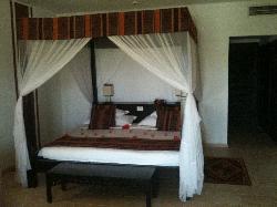 Dettaglio letto, enorme, ricoperto di petali, ogni sera.