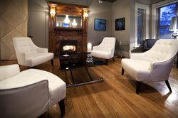 Le Pleasant Hotel & Cafe
