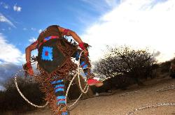Blackfoot-Indianer Quentin Pipestem tanzt in der Abenddämmerung den Hoop-Dance.