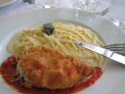 Pechuga de pollo rellena con fideos en una suave salsa de quesos... RIQUISIMA!