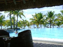 vista de la piscina desde el bar