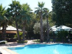 Piscine et jardin de l'hôtel