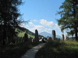 Kreuzweg mit Steinkreis