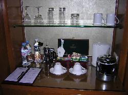 棚には清潔感溢れるグラスやドリンクが!