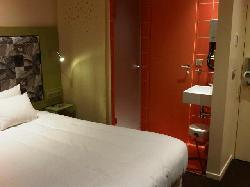 La chambre et la singuliere salle de bains ouverte