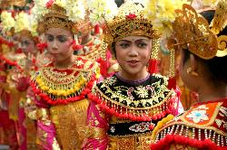 Balinese traditional dancers (35875220)