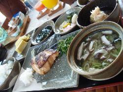 こちらは朝食の和定食。日本で食べる晩御飯ぐらい量がある。日本食が懐かしくなればこういうのもいいですね。