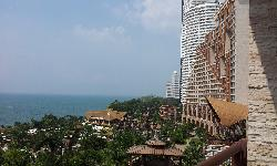 從陽台往外拍出去的飯店外部。