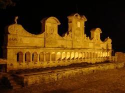 Vista notturna con piazza antistante