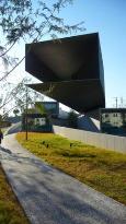 住宅地の方向に展示室が伸びる特徴的な建物