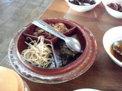 ミャンマー名物お茶のサラダは最後に出てきます。